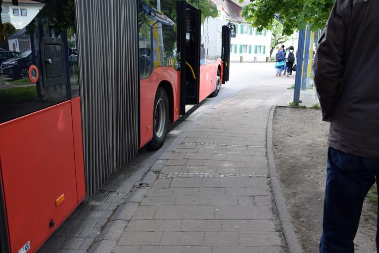Gefährlicher Spalt, zu wenig Platz oder eine zu hohe Stufe: Gelenkbusse können am Marktplatz nicht passend halten (Foto: Nadine Bohn).